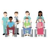 医生和护士有轮椅患者的 库存照片