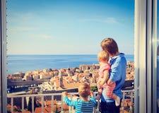 生和看杜布罗夫尼克,克罗地亚的两个孩子 免版税库存照片