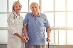 医生和老人 免版税库存图片