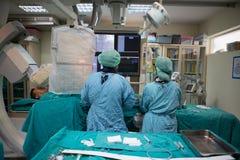 医生和职员对待与血管学 免版税图库摄影