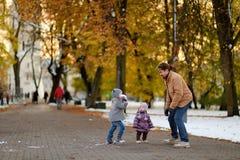 生和获得两个的孩子在冬日的乐趣 库存图片