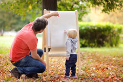 生和他的在白皮书的儿子图画 免版税图库摄影