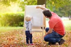 生和他的在白皮书的儿子图画 库存照片