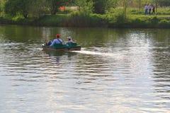生和他的在筏的女儿风帆 库存图片