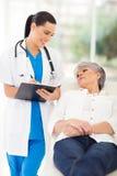 医生咨询的患者 免版税库存照片