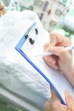 医生在剪贴板住院病人病区写 库存图片
