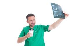医生在咖啡休息的读书X-射线 免版税图库摄影