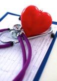 医生在您的桌面3D上的听诊器心脏 库存照片
