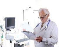 医生在看剪贴板的肺作用实验室 免版税库存照片