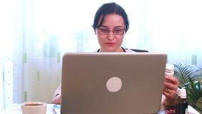 医生在网上谈话与耐心关于医学 影视素材