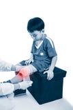 医生在膝盖患者做绷带,白色背景的 库存照片