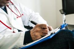 医生在身体检查期间 免版税库存照片