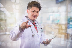年轻医生在里屋医生手工巧妙的电话现代数字式片剂便携式计算机图表c打算工作 免版税库存图片