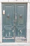 生存了时间测试的欧洲老门 库存图片