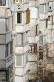 生存房子的白色阳台行 库存图片
