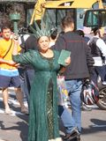 生存绿色自由女神象是游人的娱乐 库存照片