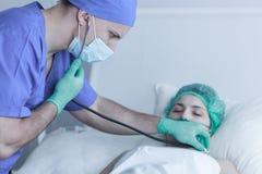 医生审查的患者在操作以后 库存图片