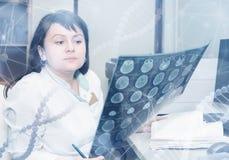 医生审查CT扫描器结果 免版税库存图片