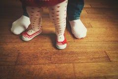 生帮助的小女儿做第一步 免版税库存照片
