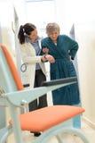 医生帮助的患者 免版税库存照片