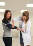 医生帮助的患者 免版税库存图片