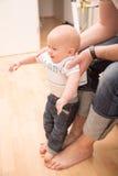 生帮助他的第一步的儿子 免版税库存照片