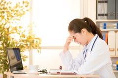 医生得到了偏头痛头疼劳累过度 免版税库存照片