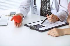 医生心脏和患者 医师谈论健康检查与未来母亲 医学、医疗保健和怀孕 免版税库存图片