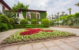 生态学大厦门面和公园。 克里米亚 免版税库存图片