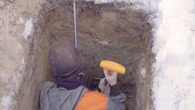 生态学家探查土壤层数  股票视频