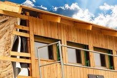 生态学的建筑 排行落叶松属板房子  保冷 建筑工作 库存照片
