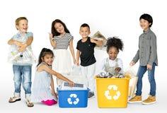 生态小组儿童分开的垃圾为回收 免版税库存图片