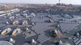 生态归零电源生产,生产绿色能量的太阳能电池在房子屋顶露天的,寄生虫视图 股票录像