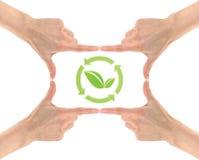 生态标志在人民的手的中心 免版税图库摄影
