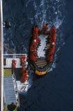 生态游人从游轮马可・波罗进入可膨胀的黄道带小船在Errera海峡在Culberville海岛,南极洲 库存照片