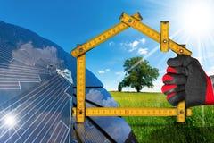 生态议院项目有太阳电池板的 免版税库存图片