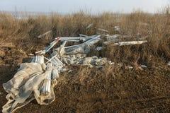 生态问题,灾害 萤光汞灯犯罪处置, E废物 危机生态学环境照片污染 生态罪行 免版税库存照片