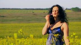 生态 愉快的妇女吹在领域的泡影 影视素材