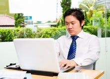 生意人互联网午餐冲浪的年轻人 免版税图库摄影