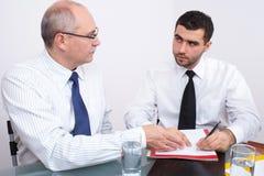 生意人会议坐的表二 库存图片