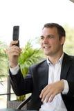 生意人偶然特写镜头查出移动电话纵向联系的白色 免版税库存照片