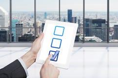 生意人剪贴板藏品信息查出的被采取的白色 免版税库存照片
