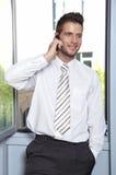 生意人发表演讲关于cellphon 免版税库存图片