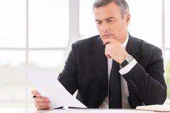 生意人合同检查 免版税库存照片