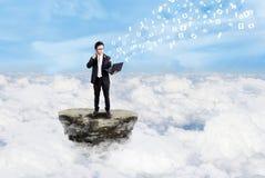 生意人和在云彩之上的社会媒体 库存照片
