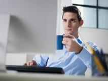 生意人咖啡饮用的办公室 免版税库存照片