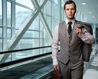 生意人在机场 免版税库存图片