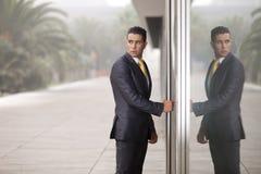 生意人开放门的办公室 免版税图库摄影