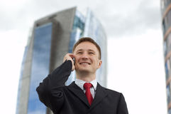 生意人愉快的电话联系的年轻人 库存图片