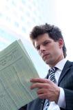 生意人报纸读取 免版税图库摄影